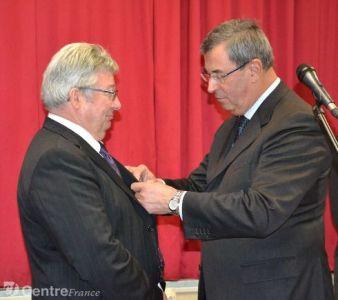 Remise de la médaille d'officier dans l'ordre des Palmes Académiques à Joël Mallet par Jean-Paul Bacquet, député - crédits photo La Montagne