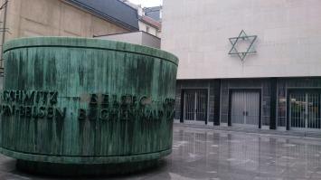 Parvis avec le cylindre représentant les camps d'exterminations nazis - Mémorial de la Shoah - Crédits photo A.C