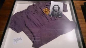 Robe d'une petite fille de 11 ans déportée à Auschwitz -Birkenau en août 1942 (convoi 25) - Mémorial de la Shoah - Crédits photo A.C